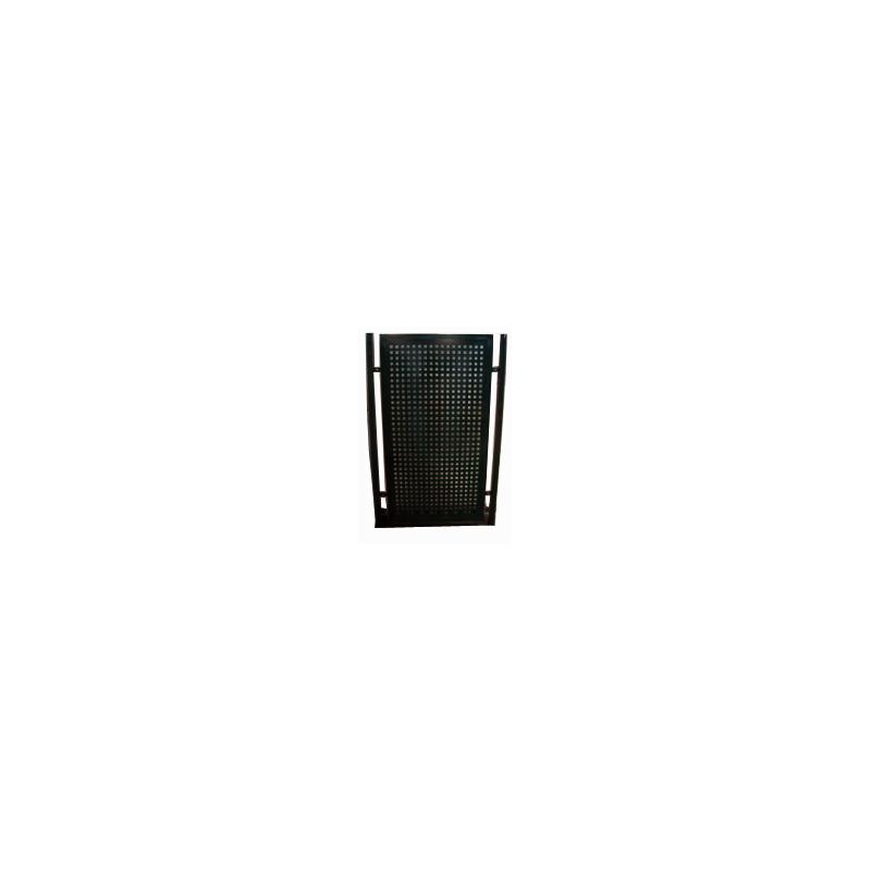 Puerta con perforaciones cuadradas en negro forja